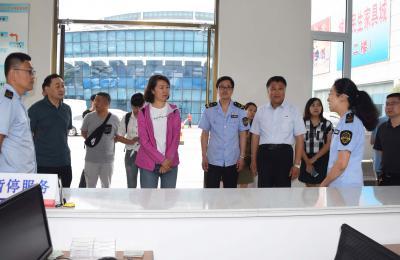 云南省食品药品监督管理局党组成员、食品安全总监琚健莅临城阳批发市场考察食品安全治理工作